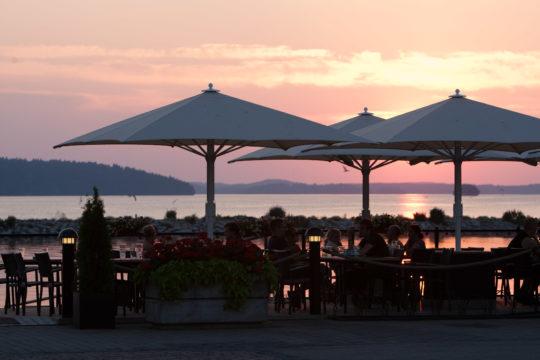 Vesijärven satama terassiravintola Lahti harbour restaurant ilta-aurinko
