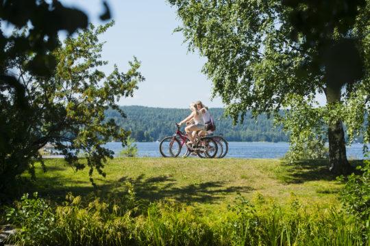 Pyöräilijät Vesijärven rannalla pyöräily järvi Lahti Biking by Lake Vesijärvi Lahti