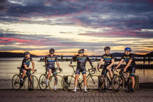Lahden Pyöräilijät joukkuekuva satamassa Cycling team