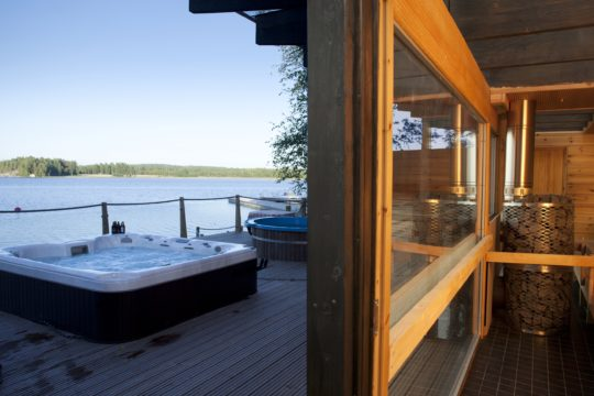 Lehmonkärki Lasisauna Glass sauna Lake Päijänne
