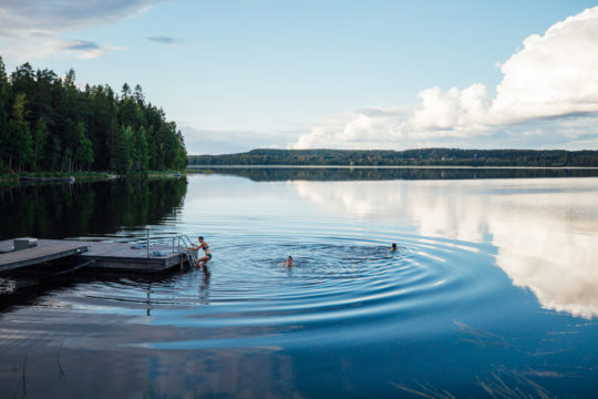 Lehmonkärki Päijänne laituri uinti uimarit Asikkala swimming in the lake
