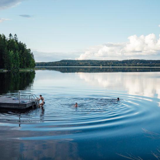 Lehmonkärki Päijänne laituri uinti uimarit Asikkala swimming in the lake
