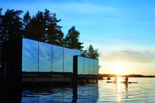 Lehmonkärki Haasi luksusmajoitus Päijänteen rannalla peilitalo suplauta ilta-aurinko luxury accommodation by lake Päijänne Asikkala sup board
