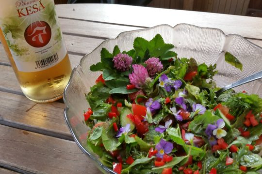 Luontoemo salaatti Ma Nature salad