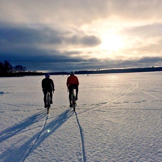 Pyöräilyä Vesijärvellä Cycling on ice