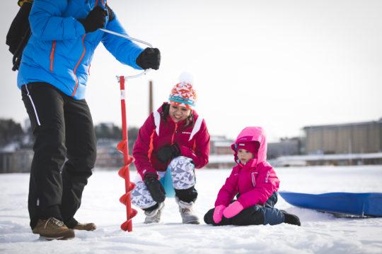 Pillkiminen järven jäällä ice fishing Lahti