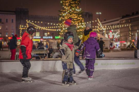 Luistinrata torilla lapset Joulukylä