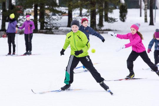 Vierumäki lapset hiihtää Children skiing