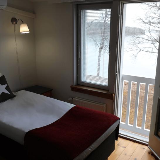 Hotel Radalla kahden hengen huone järvinäkymin