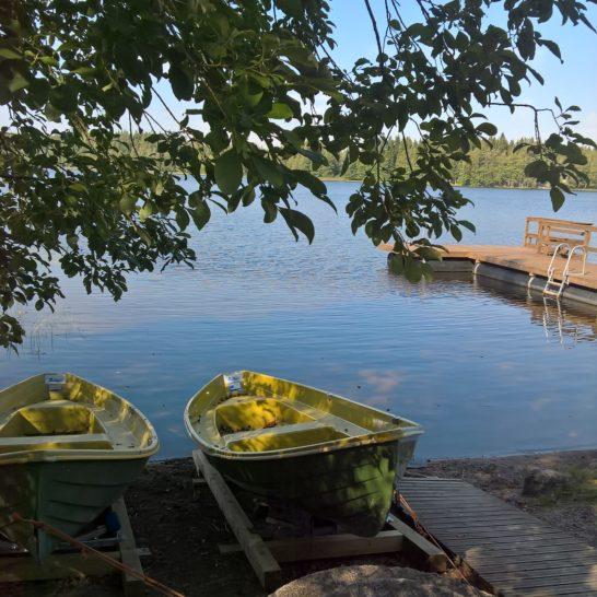 Luomaniemen toimintakeskus rantalaituri ja soutuveneet