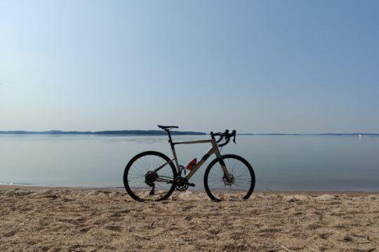 Pyörä hiekkarannalla