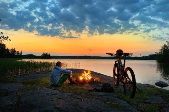 Pyöräilyä kesäyössä