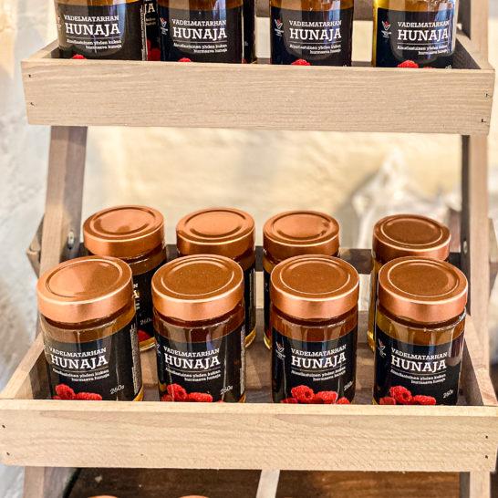 Vilppulan tilan vadelmatarhan hunajaa